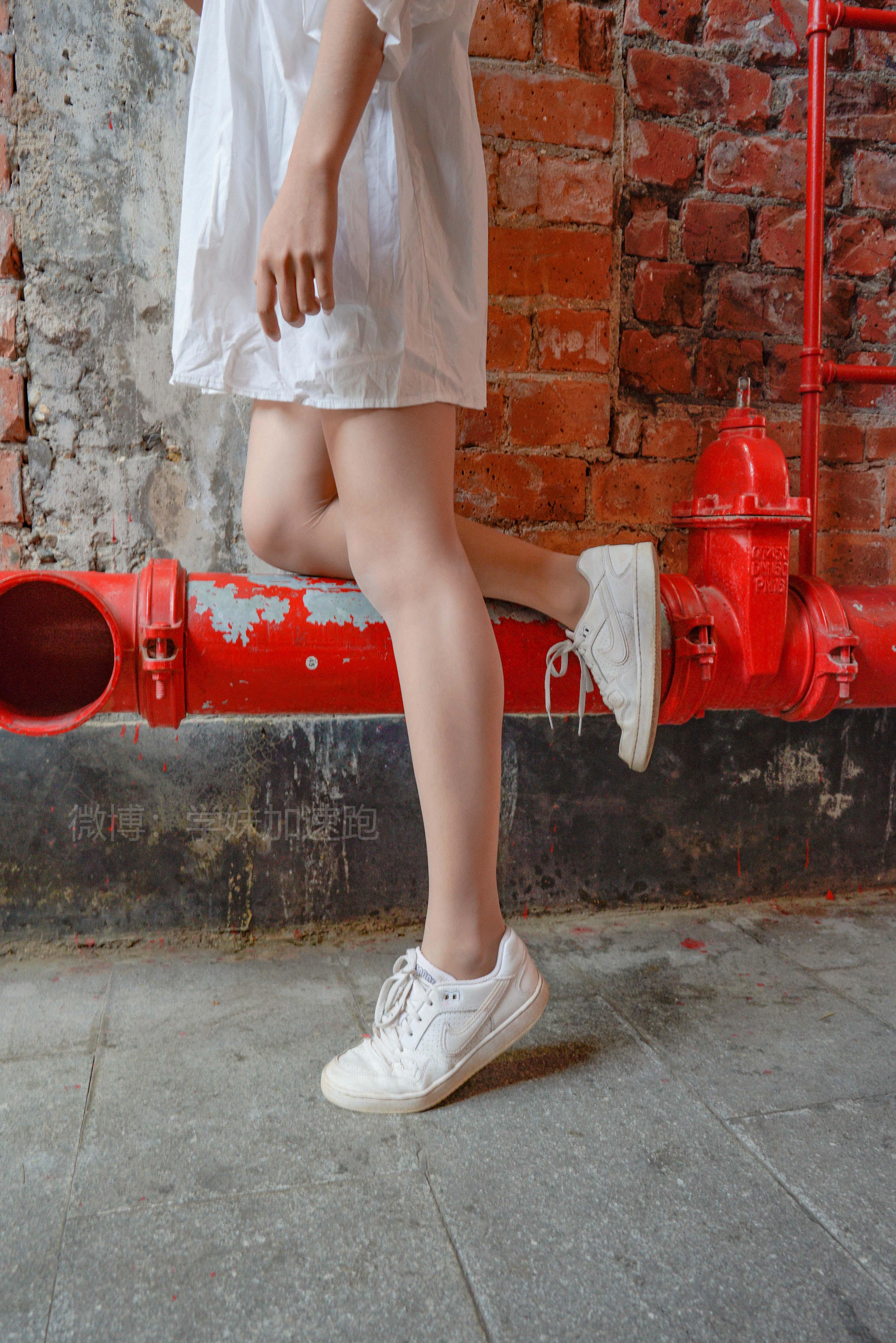 [学妹加速跑]XM006《丝丝学妹3》白色连身衬衫与蓝色短裤加肉丝美腿性感私房写真集,