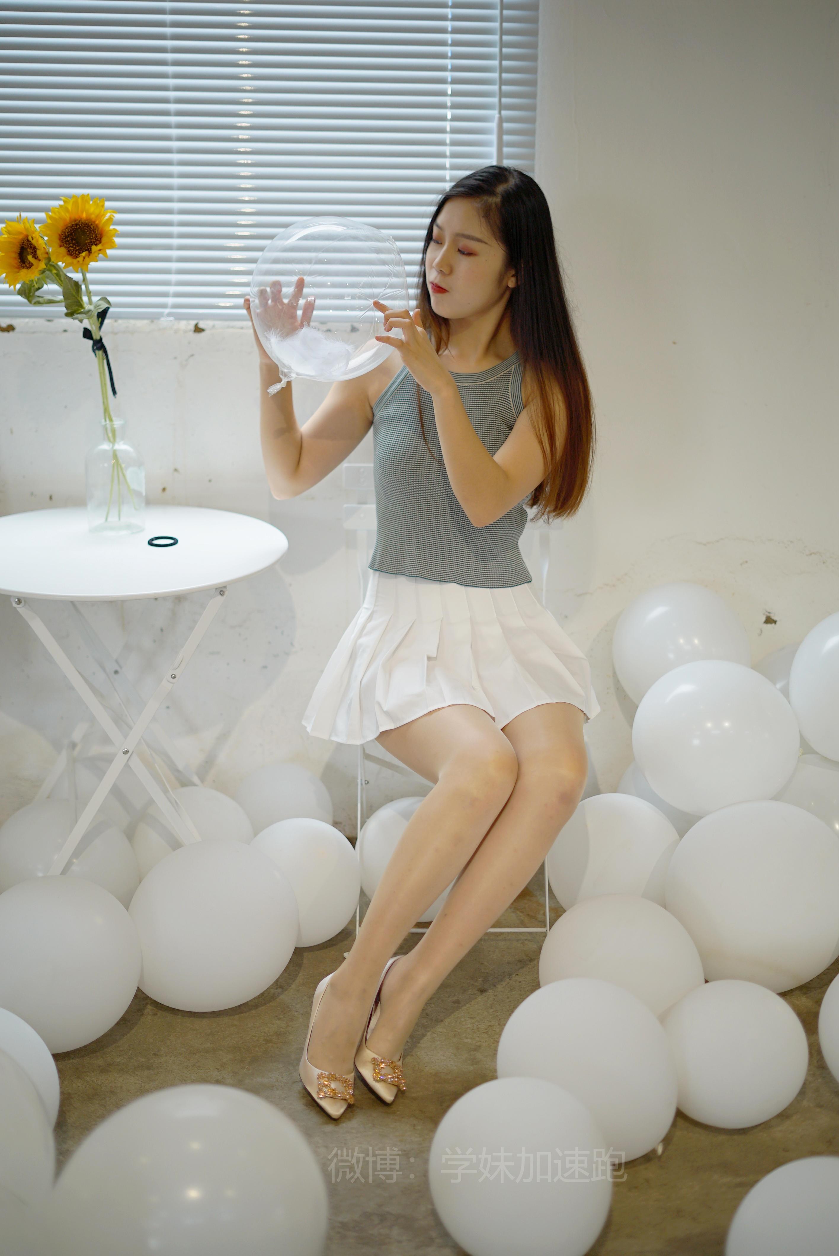 [学妹加速跑]XM010 《小冉学妹1》灰色背心与白色短裙加肉丝美腿性感私房写真集,