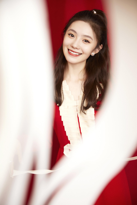 刘浩存半扎高马尾笑容甜美 一袭红裙元宵节气氛满满,