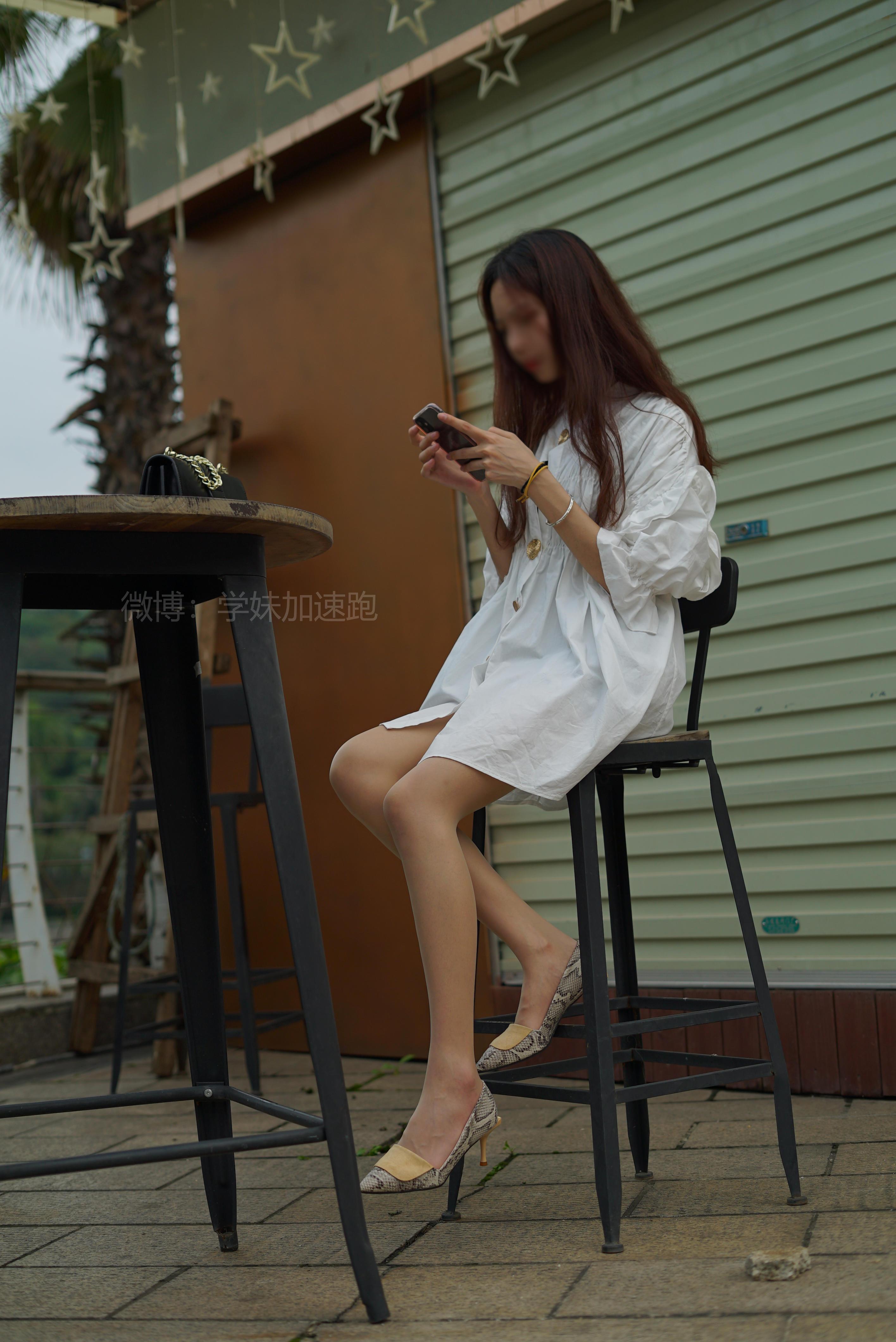 [学妹加速跑]XM017 《小唐学妹2》 白色连身衬衫加肉丝美腿街拍写真集,