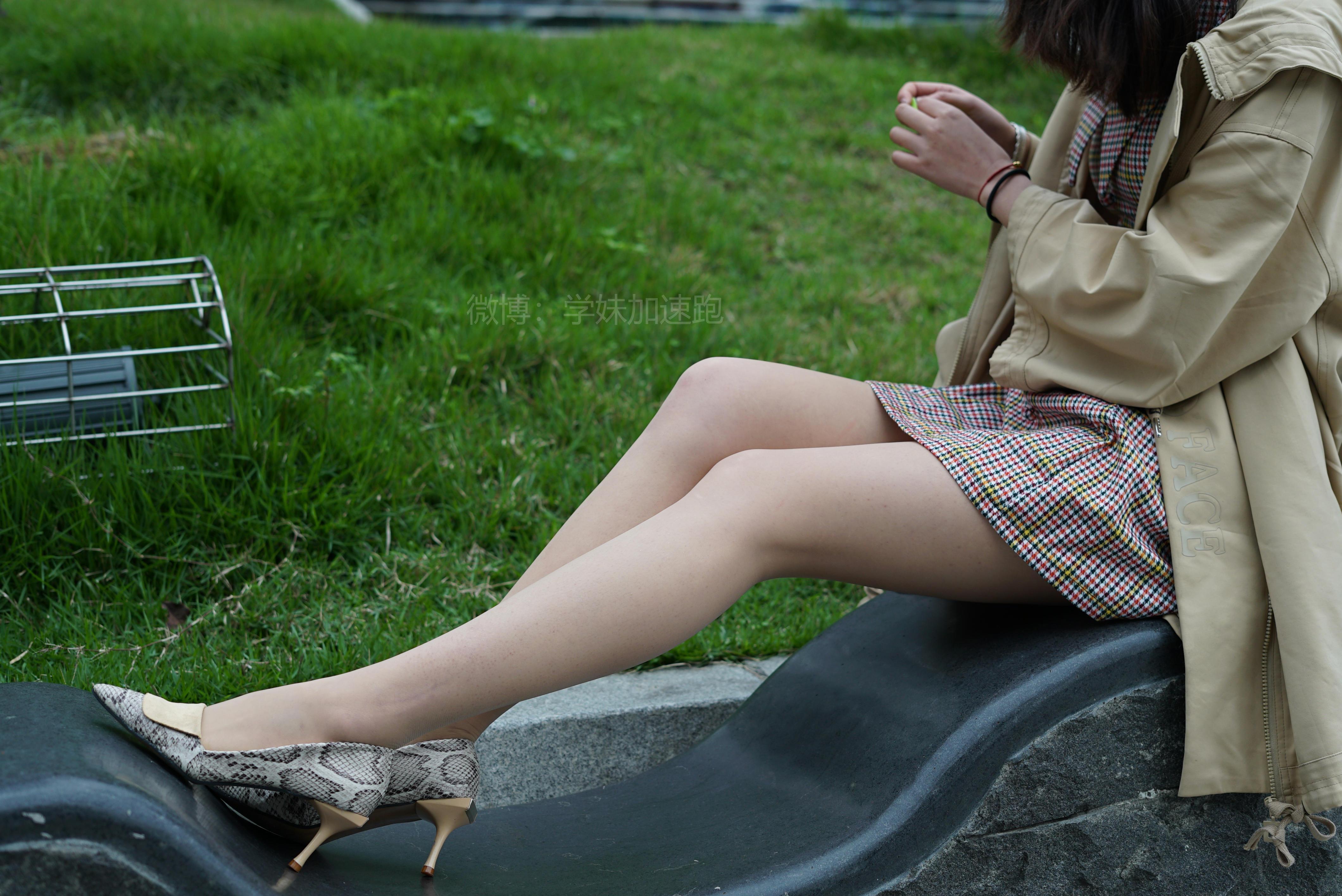 [学妹加速跑]XM019 《彤彤学妹2》 黄色风衣加肉丝美腿街拍写真集,