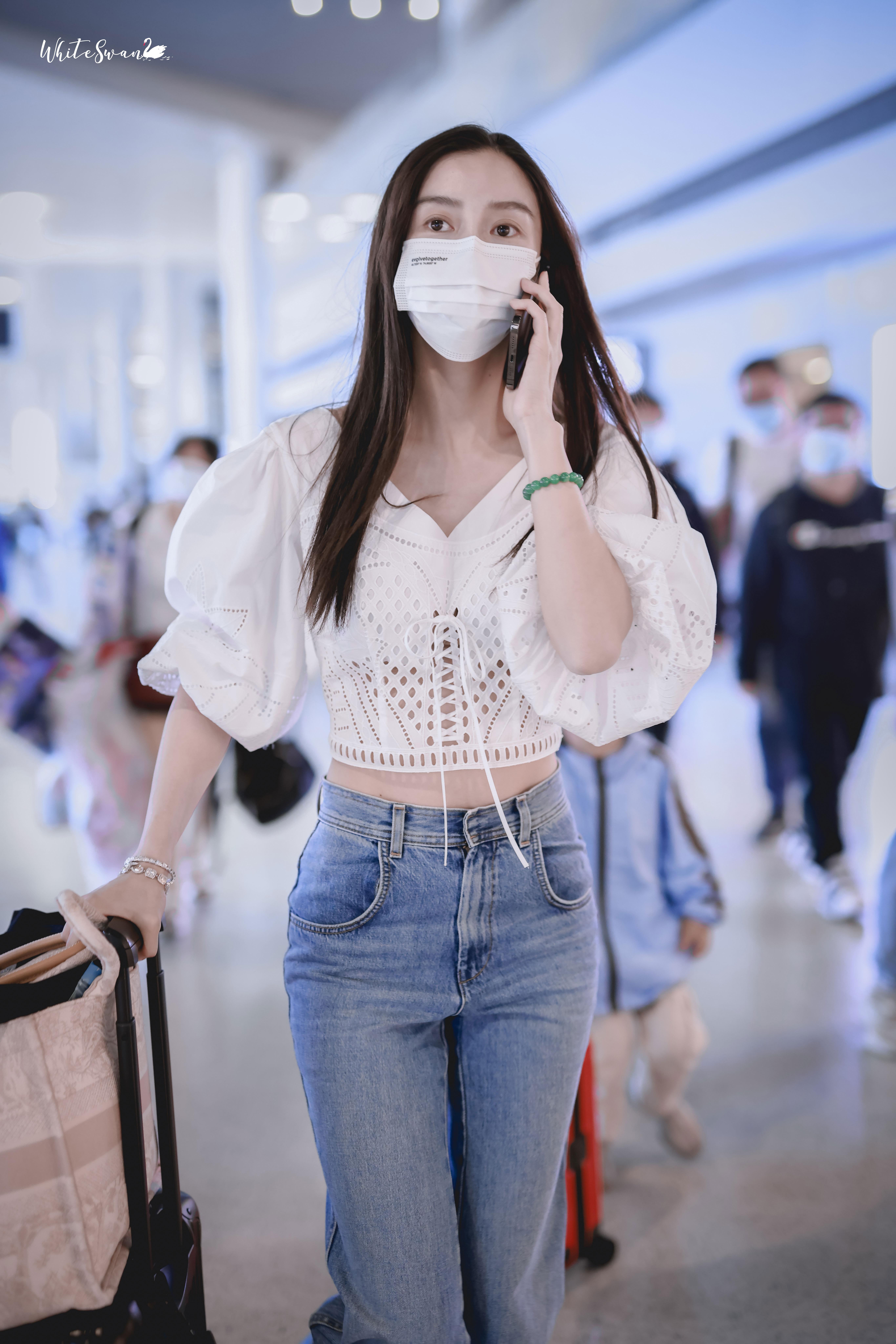 Angelababy穿白衬衫秀纤腰 马甲线隐约可见身材管理绝,