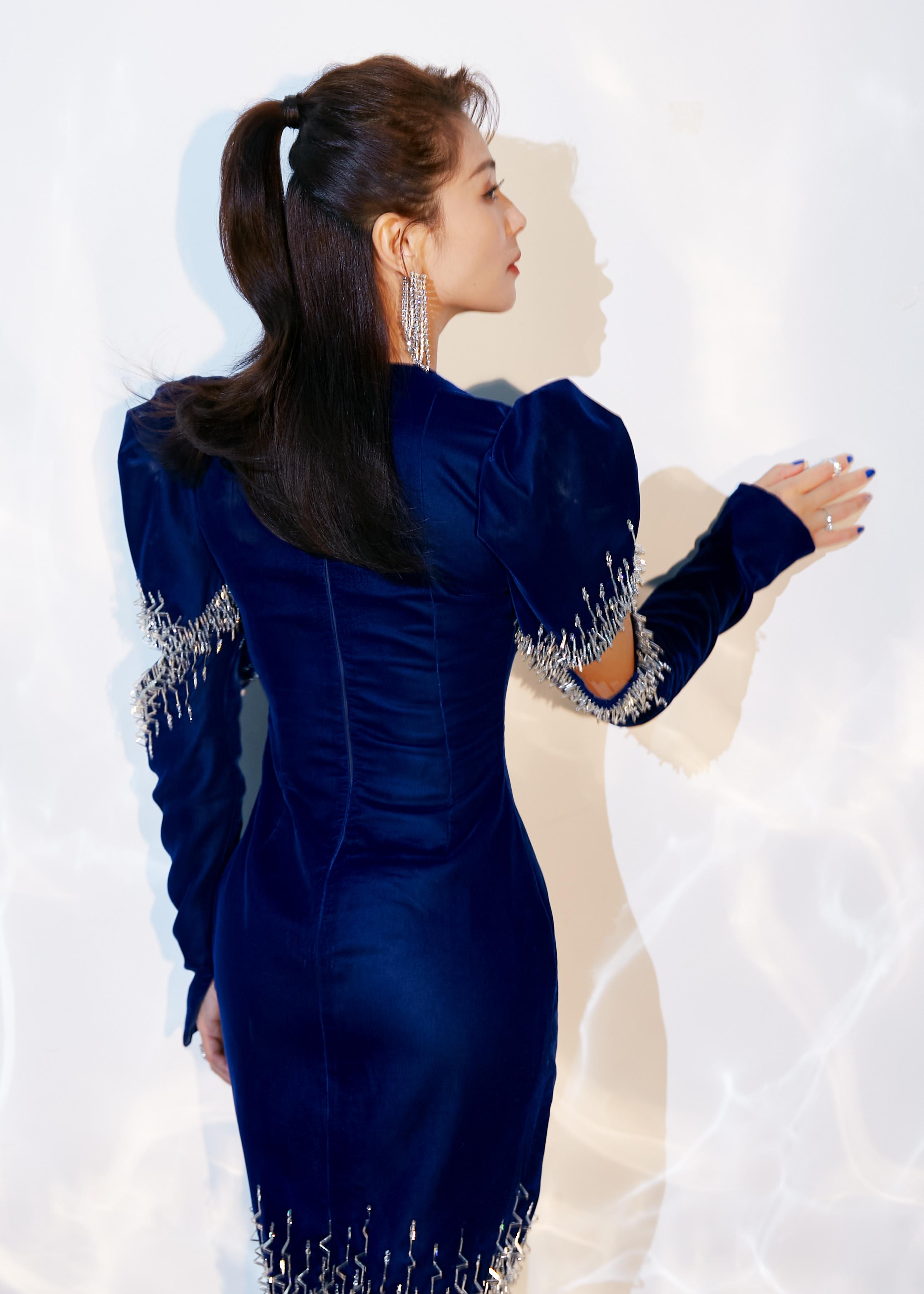 刘涛幽蓝色光影大片美艳动人 穿闪钻剪裁质感礼服身材太赞,
