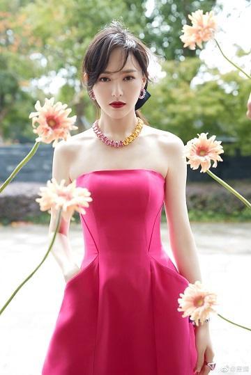 唐嫣穿粉红抹胸裙与花合影 肌肤雪白优美肩颈线尽显