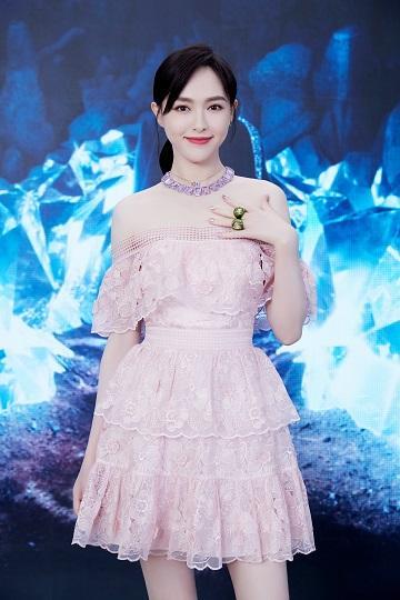 唐嫣今日活动造型图 粉色纱裙皇冠造型好美!糖糖是小公主吧