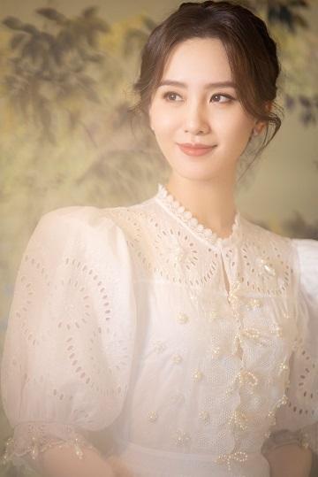 刘诗诗白色镂空连衣裙尽显优雅 盘发造型贵气十足